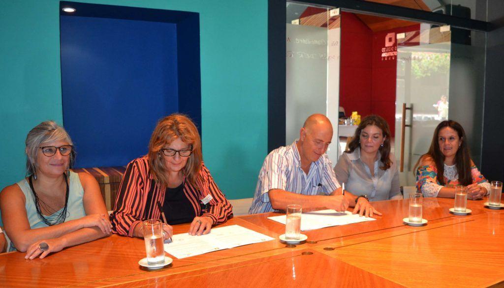 Firma de convenio por la Secretaría de Derechos Humanos, Susana Haquim y el Presidente del Colegio de Arquitectos, Pablo Guillermo Forbice.