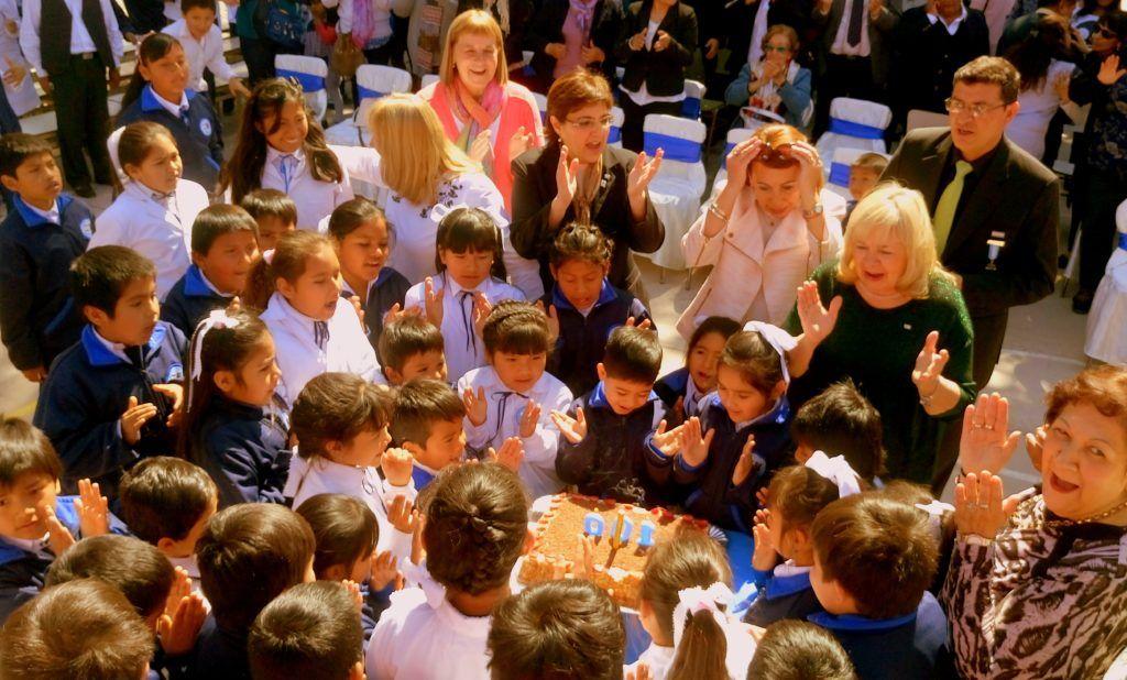 Niños, docentes y autoridades cantaron el feliz cumpleaños a la Escuela de El Sunchal.