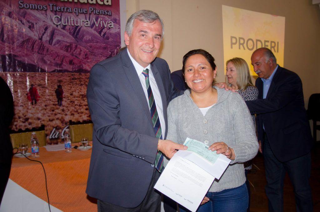 Gobernador Morales entrega subsidio a productores de Humahuaca.
