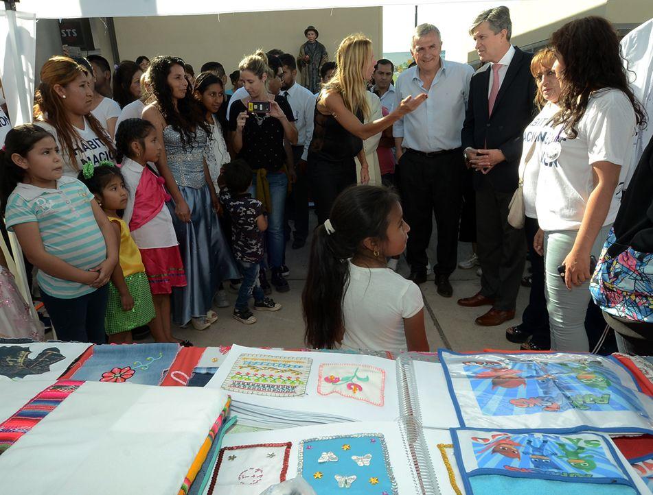 Funcionarios aprecian las expresiones creativas que los niños de Alto Comedero desarrollan en el NIDO.