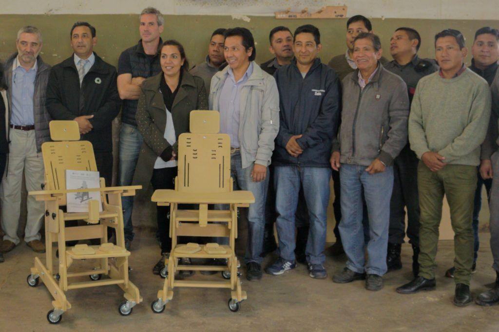 Participantes de la jornada junto a sillas posturales fabricadas.