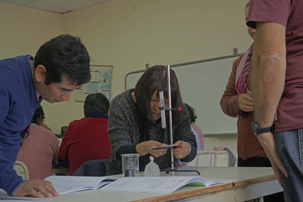 Alumnos de escuelas técnicas trabajan con equipamiento experimental.