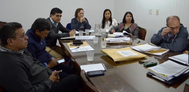 Autoridades del Ministerio de Educación y oferentes que asistieron a la apertura de sobres de la licitación para adquirir equipamiento aúlico.