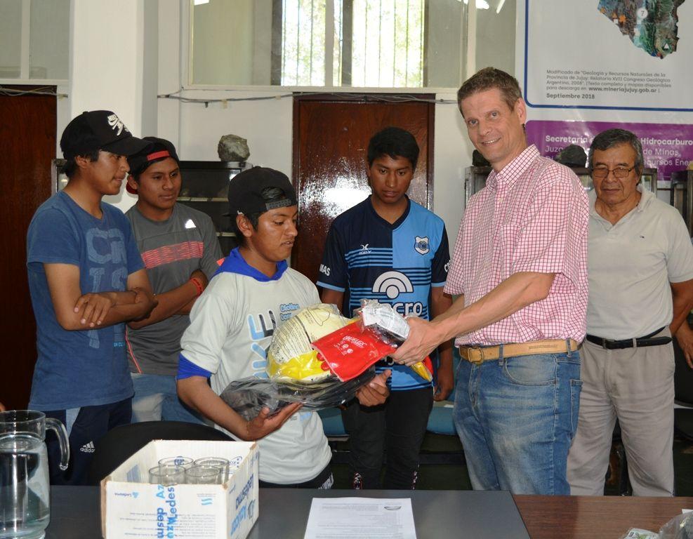 El secretario Miguel Soler, hace entrega de kits de seguridad.