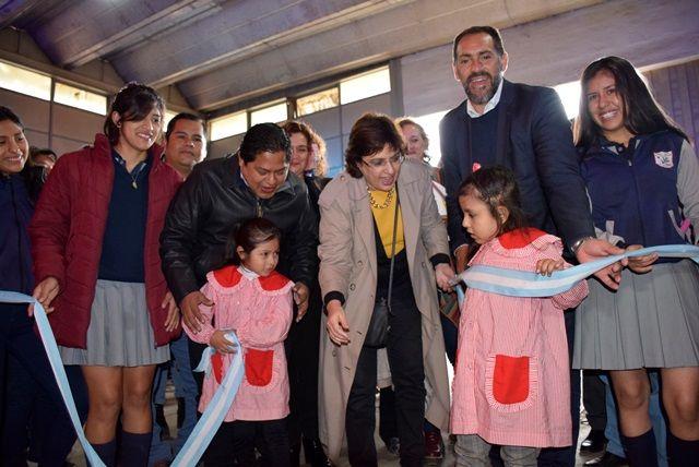 Junto a las niñas, la ministra Calsina junto al subsecretario Ameigeiras y el intendente Ibarra dejan inaugurada la muestra.