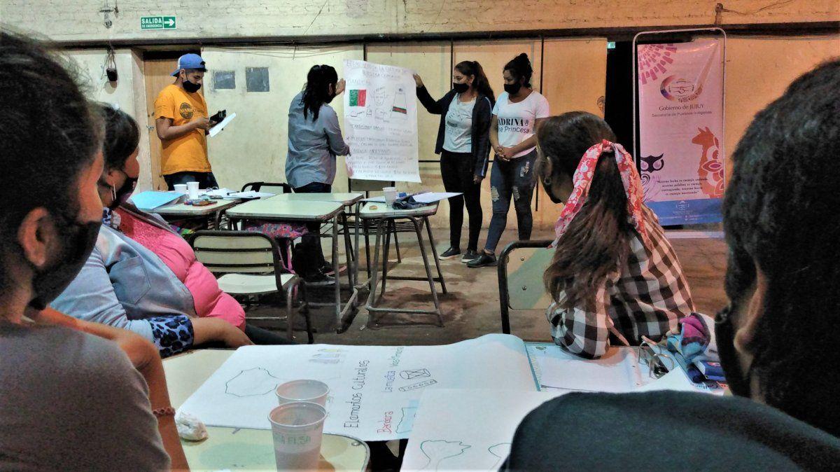Jóvenes de comunidades aborígenes de El Bananal durante el taller.