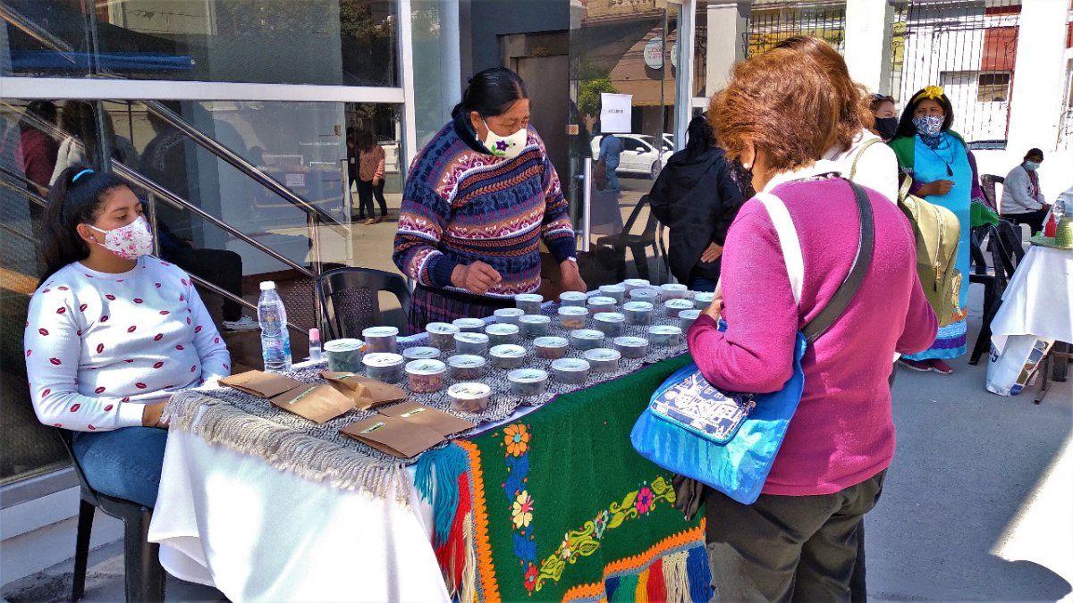Mujeres indígenas: María Ramos exhibiendo sus hierbas medicinales.