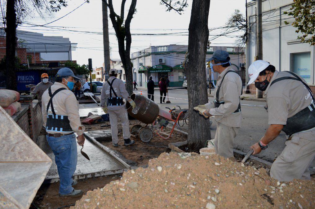 Las obras de nuevas veredas para el Hospital Pablo Soria son ejecutadas por trabajdores de Arquitectura del MISPTyV.