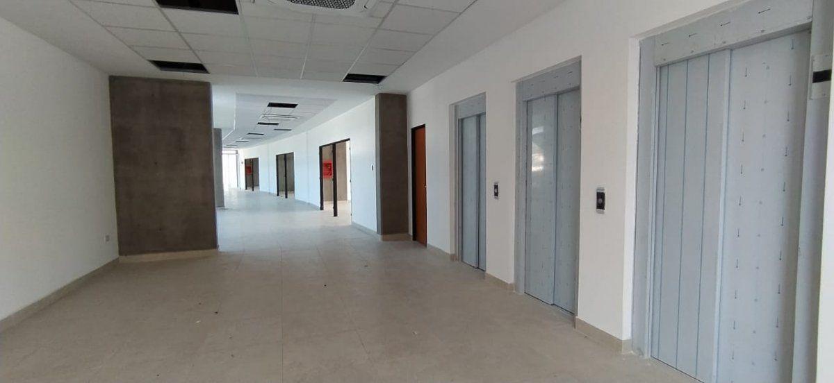 El edificio ofrece amplios pasillos interiores