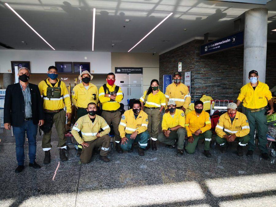 Los diez combatientes de incendios forestales del Ministerio de Ambiente que viajaron a El Bolsón, junto al Director de incendios de vegetación y emergencias ambientales de la provincia, Alejandro Cooke, y al coordinador regional NOA del Sistema Nacional de Manejo del Fuego, Lautaro Vazquez.