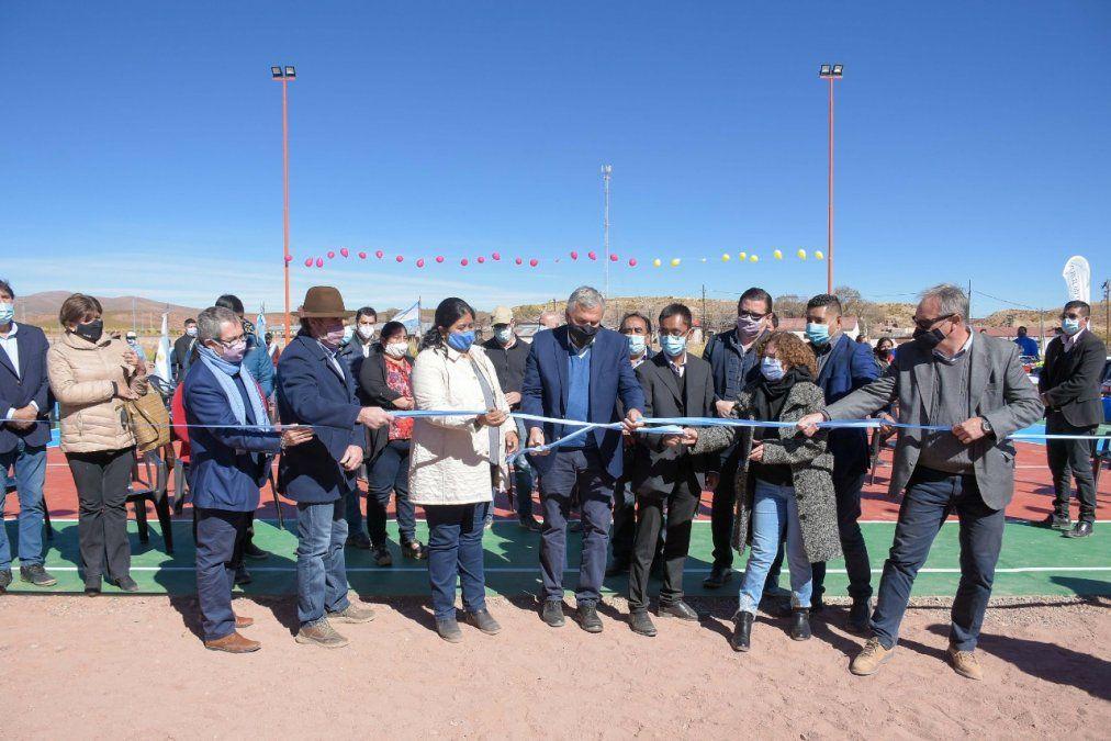 El gobernador  inauguró el playón polideportivo con luces LED en Tres Cruces