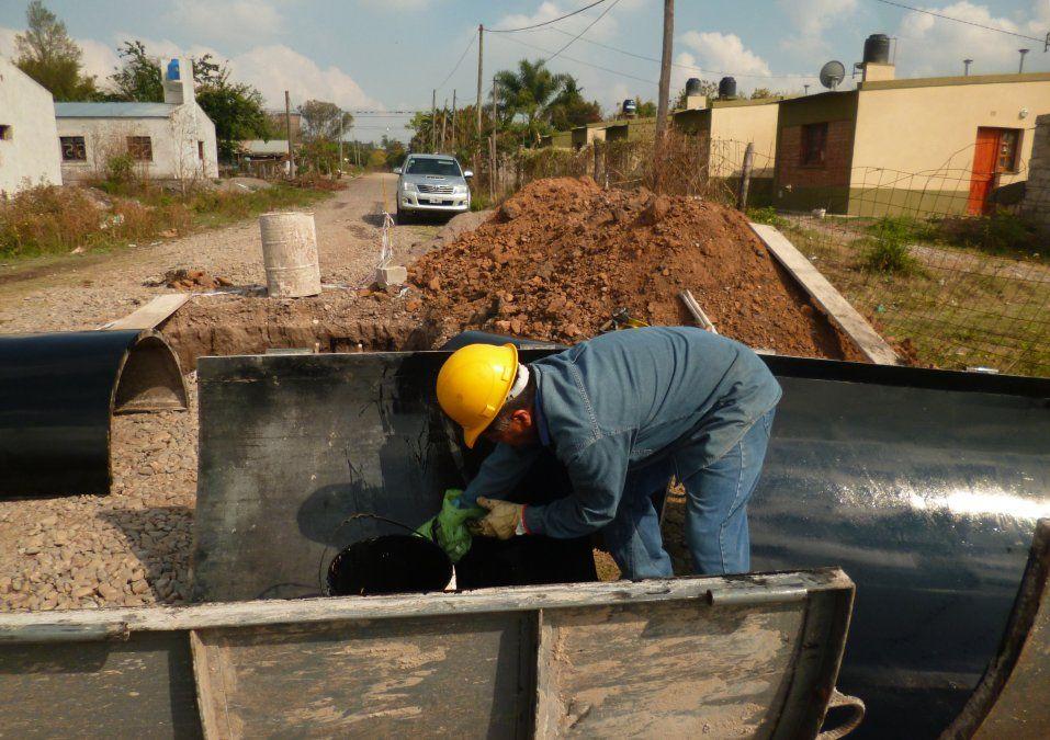 Las obras de la SECOTyV en distintos barrios de la capital y la provincia dotan de infraestructura de servicios al tiempo que de regularización dominial.