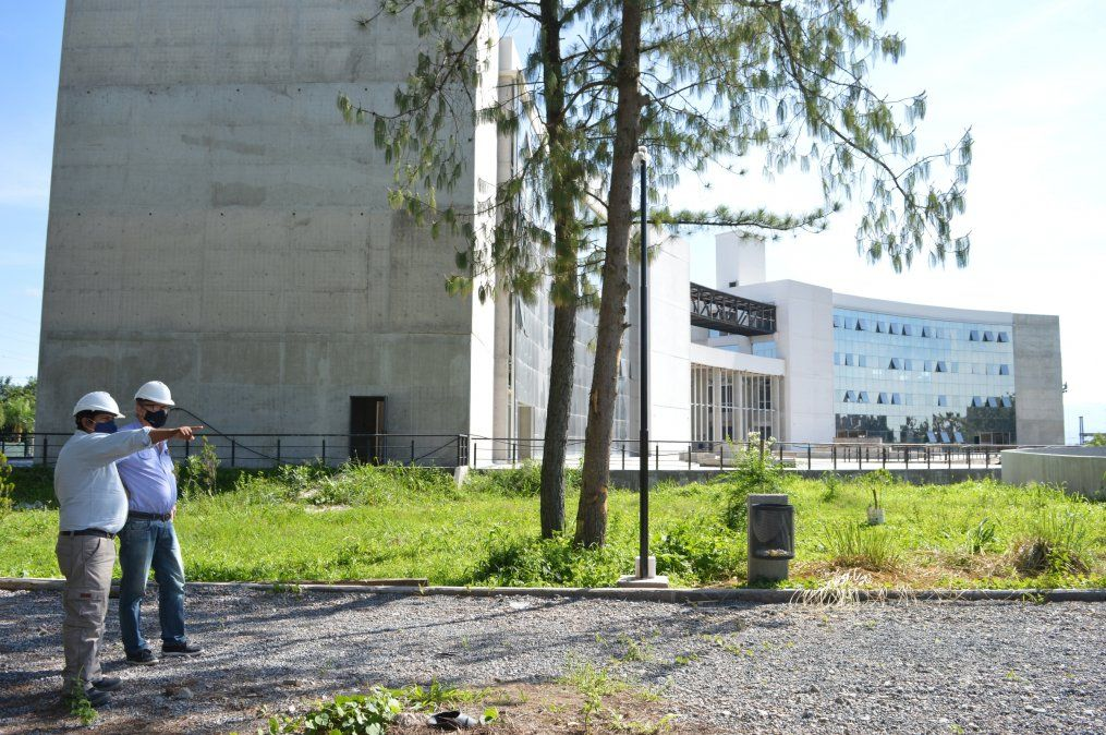 Las obras que viabilizan el funcionamiento del imponente edificio para el Ministerio de Educación fueron recorridas por el ministro de Infraestructura