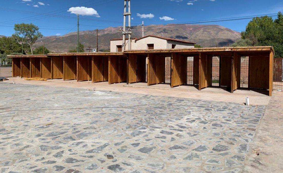 Las obras puestos de artesanías en Uquía se integran a un nuevo paseo previo a la plaza central.