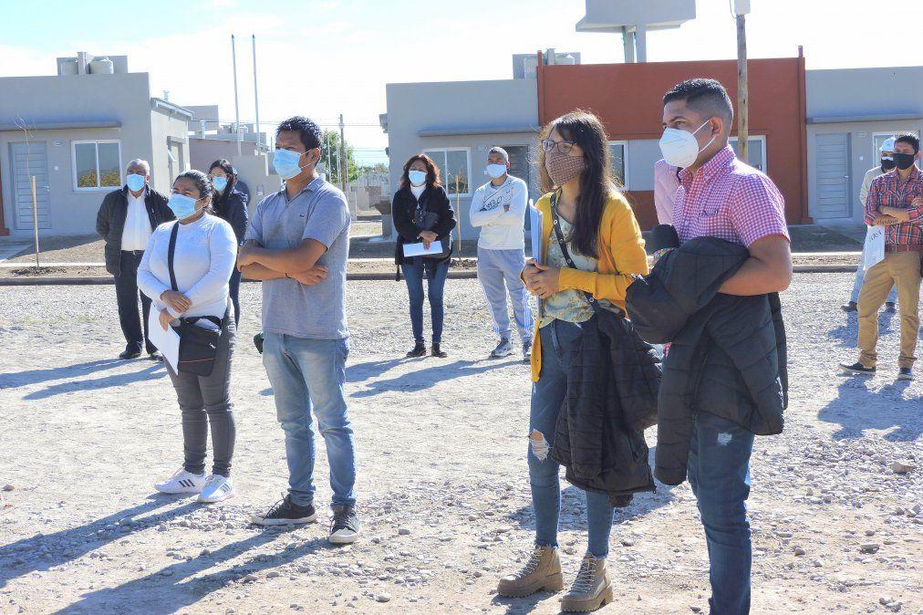 Familias en la visita de obra de las primeras 41 viviendas del Programa Provincial