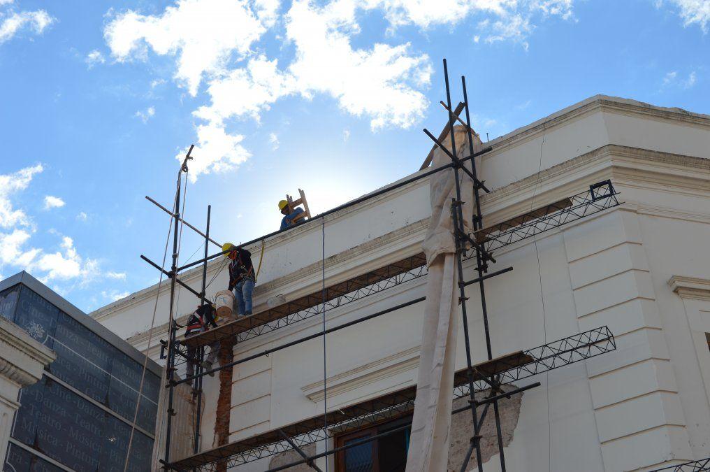 Las obras en el Teatro Mitre ya avanzan sobre los 3 lados de la fachada.