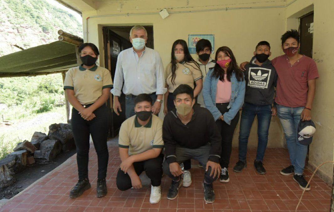 Gobernador Morales junto a estudiantes de Escuela Agrotécnica de Valle Grande