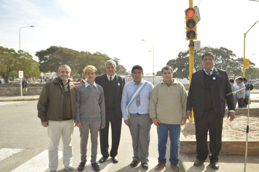 Alumnos fabricaron un semáforo inteligente y ya funciona en San Pedro