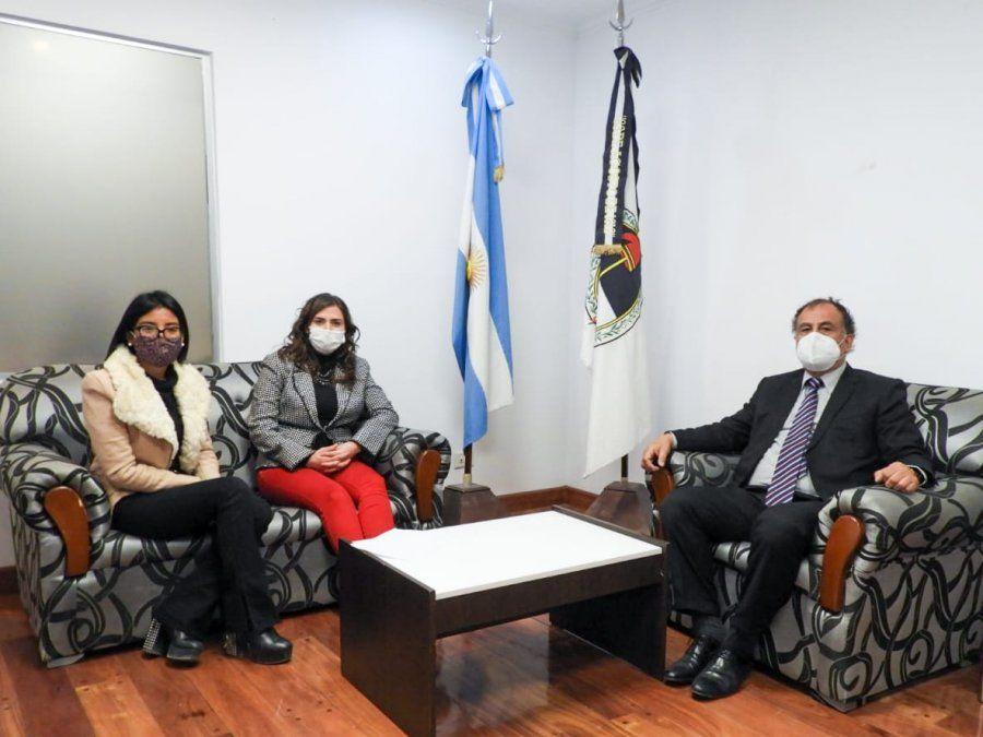 El ministro de Trabajo y Empleo Normando Alvarez García junto a Gabriela Ferreyra Jenk secretaria de trabajo y Lis Calizaya Presidenta de la Comisión de Jóvenes Abogados del Colegio de Abogados