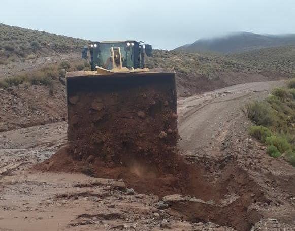 Maquinaria de Vialidad realiza el despeje de material en la calzada de la RN52, altura Vega de Taire en Susques.