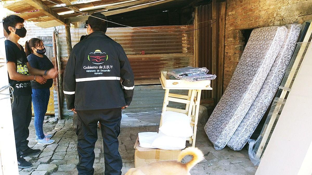 Asistencia a familia damnificada de Pampa Vieja por incendio de su casa