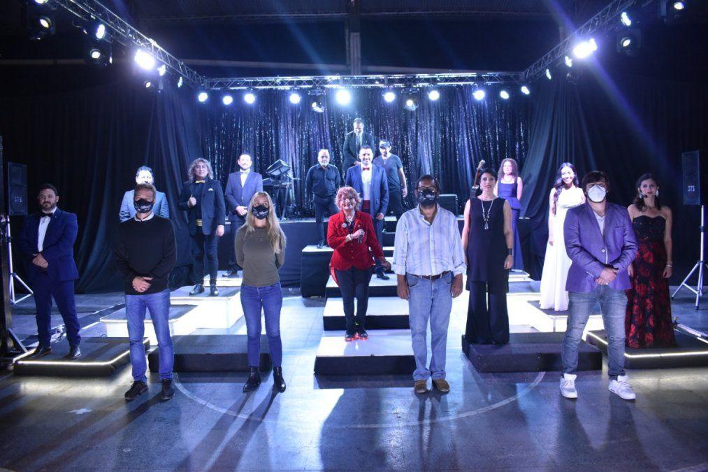 Los artistas y las autoridades Provinciales y locales de Fraile Pintado al concluir la puesta de Intimo en el Tinglado Defensores de Fraile